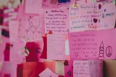Gli studenti della scuola secondaria fanno le carte del biglietto di S. Valentino Immagini Stock