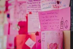 Gli studenti della scuola secondaria fanno le carte del biglietto di S. Valentino Fotografia Stock Libera da Diritti