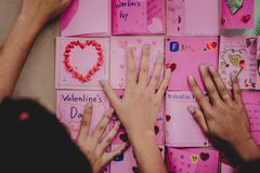 Gli studenti della scuola secondaria fanno le carte del biglietto di S. Valentino Fotografia Stock