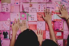 Gli studenti della scuola secondaria fanno le carte del biglietto di S. Valentino Immagine Stock Libera da Diritti