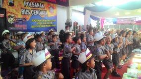Gli studenti della scuola si sono vestiti nell'incrocio dei passaggi di dancing della polizia Immagini Stock Libere da Diritti