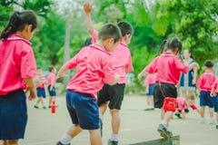 Gli studenti di asilo stanno esercitando nella mattina Fotografie Stock Libere da Diritti