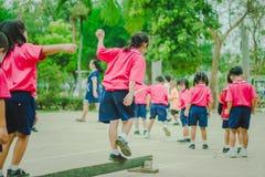 Gli studenti di asilo stanno esercitando nella mattina Fotografia Stock