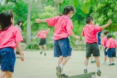 Gli studenti di asilo stanno esercitando nella mattina Fotografie Stock