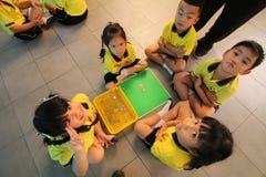 Gli studenti di asilo stanno imparando Immagine Stock