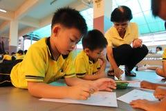 Gli studenti di asilo stanno imparando Immagini Stock Libere da Diritti