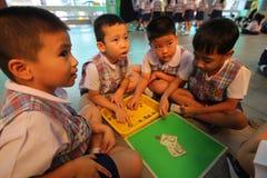 Gli studenti di asilo stanno imparando Fotografia Stock