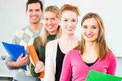 Gli studenti di college hanno passato l'esame immagine stock