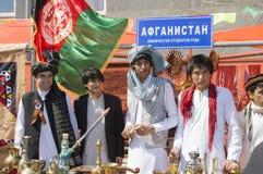 Gli studenti dimostrano i costumi nazionali afgani Fotografia Stock Libera da Diritti