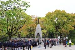 Gli studenti giapponesi stanno visitando alla statua di Sadako nel parco di pace di Hiroshima Fotografia Stock Libera da Diritti