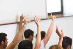 Gli studenti hanno messo la mano su nella stanza di classe Immagine Stock Libera da Diritti
