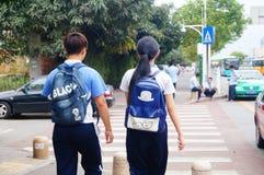 Gli studenti maschii e femminili della scuola secondaria camminano insieme Fotografie Stock