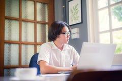Gli studenti maschii stanno usando l'idea esaminare la lezione preparazione Fotografia Stock Libera da Diritti