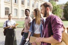Gli studenti multiculturali si avvicinano all'istituto universitario Immagini Stock Libere da Diritti