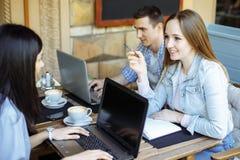 Gli studenti nel caffè studiano insieme Concetto di formazione Fotografia Stock