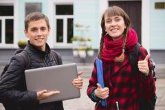 Gli studenti nerd con il taccuino si divertono a costruzione immagine stock