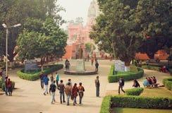 Gli studenti passano alla città universitaria attraverso il parco dell'università di indù di Bannares Fotografie Stock Libere da Diritti