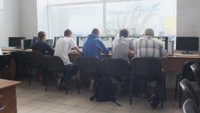 Gli studenti prendono l'esame sui computer video d archivio