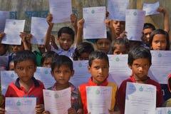 Gli studenti primari mostra le loro lettere di saluti che sono state inviate dal ministro principale del Bengala Occidentale a lo fotografia stock