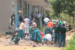 Gli studenti pubblici tanzaniani della High School lavorano nel cortile della scuola fotografia stock