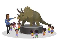 Gli studenti scherza i bambini nel viaggio paleontologico del centr di istruzione del museo che esamina il triceratopo del dinosa Fotografie Stock Libere da Diritti