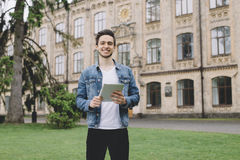 Gli studenti si avvicinano all'università Immagini Stock Libere da Diritti