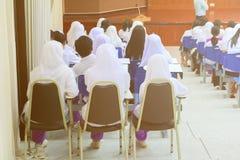 Gli studenti si siedono sull'aula interna della sedia che imparano nell'università di istruzione Fotografia Stock Libera da Diritti