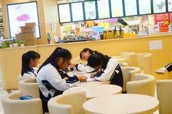 Gli studenti sono ad un intervallo di pranzo al ristorante Immagine Stock