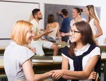 Gli studenti sorridenti durante irrompono l'aula Immagine Stock