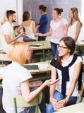 Gli studenti sorridenti durante irrompono l'aula Immagine Stock Libera da Diritti