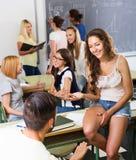 Gli studenti sorridenti durante irrompono l'aula Fotografia Stock
