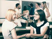 Gli studenti sorridenti durante irrompono l'aula Immagini Stock Libere da Diritti