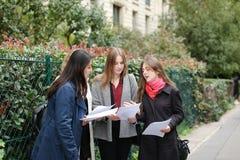 Gli studenti stranieri che imparano l'inglese con le carte si avvicinano ai Bu dell'università Immagini Stock Libere da Diritti