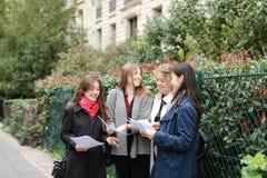 Gli studenti stranieri che imparano l'inglese con le carte si avvicinano ai Bu dell'università Fotografia Stock