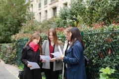 Gli studenti stranieri che imparano l'inglese con le carte si avvicinano ai Bu dell'università Immagine Stock Libera da Diritti