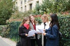 Gli studenti stranieri che imparano l'inglese con le carte si avvicinano ai Bu dell'università Fotografie Stock