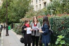 Gli studenti stranieri che imparano l'inglese con le carte si avvicinano ai Bu dell'università Fotografie Stock Libere da Diritti