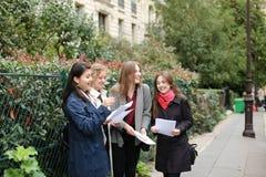 Gli studenti stranieri che imparano l'inglese con le carte si avvicinano ai Bu dell'università Immagini Stock