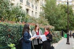 Gli studenti stranieri che imparano l'inglese con le carte si avvicinano ai Bu dell'università Fotografia Stock Libera da Diritti