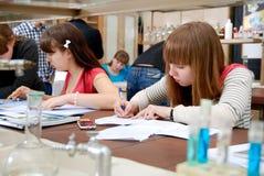 Studenti sul lavoro nel laboratorio di chimica Immagine Stock