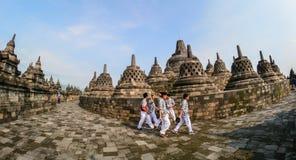 Gli studenti visitano il tempio di Borobudur in Indonesia Fotografie Stock Libere da Diritti