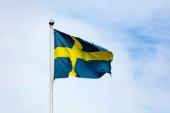 Gli svedese inbandierano l'ondeggiamento nel vento Fotografie Stock Libere da Diritti