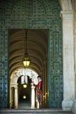 Gli svizzeri custodicono in un corridoio di Vatican. Fotografia Stock Libera da Diritti