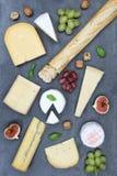 Gli svizzeri del piatto del vassoio del bordo del formaggio impanano il formato di ritratto del camembert Fotografia Stock Libera da Diritti