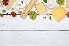 Gli svizzeri del piatto del vassoio del bordo del formaggio impanano il principale v del copyspace del camembert Fotografie Stock Libere da Diritti