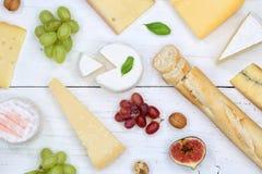 Gli svizzeri del piatto del vassoio del bordo del formaggio impanano la vista superiore del camembert Fotografia Stock Libera da Diritti