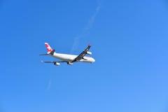 Gli svizzeri LX38 decollano Zurigo a San Francisco Fotografia Stock