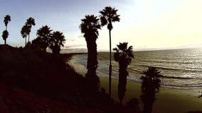 Gli Swamis indicano il tramonto BW Encinitas la California di bassa marea della rottura video d archivio
