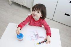 gli Tre-anni di ragazzo sta dipingendo a casa Fotografia Stock Libera da Diritti