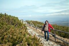 gli Trenta-anni di turisti sta stando su una traccia di montagna Fotografia Stock